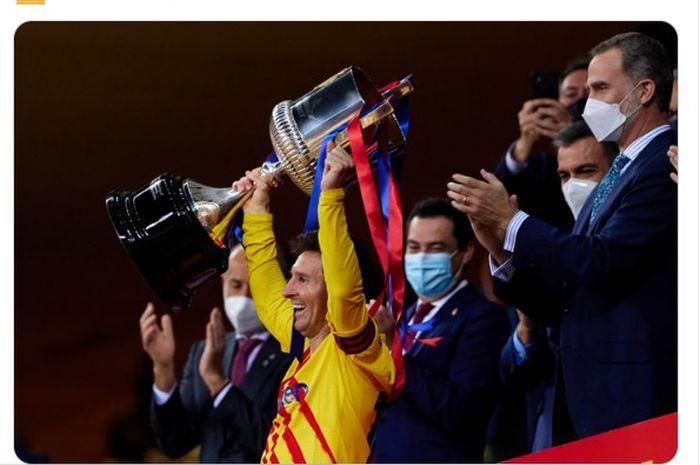 Lionel Messi mengangkat trofi Copa del Rey pertamanya sebagai kapten Barcelona.