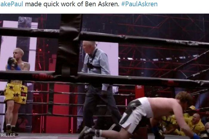 Mantan petarung MMA, Ben Askren, tersungkur setelah mendapat pukulan dari youtuber, Jake Paul, pada pertandingan tinju di Mercedes-Benz Arena, Georgia, AS, 17 April 2021.