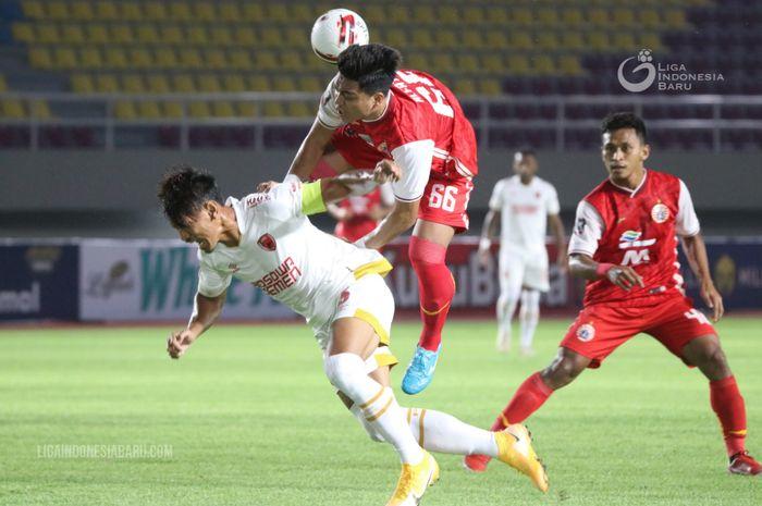 Winger Persija Jakarta, Alfath Fathier, melakukan pelanggaran kepada kapten PSM Makassar Zulkifli Syukur pada leg kedua semifinal Piala Menpora 2021.