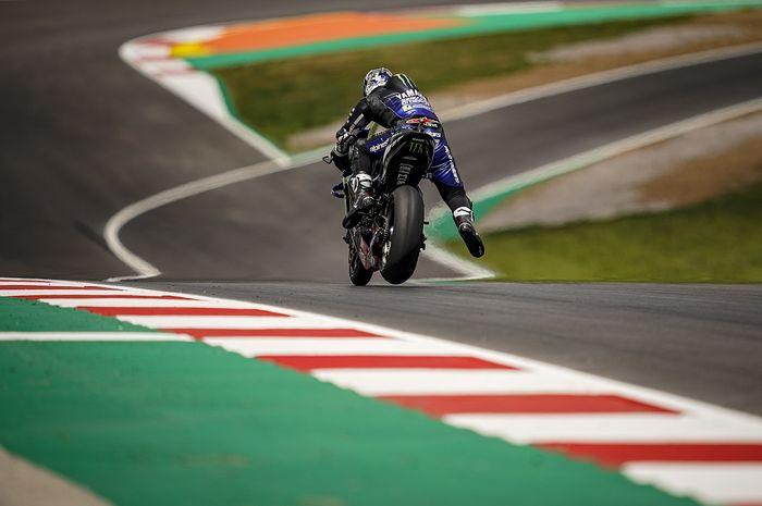 Aksi pembalap Yamaha, Maverick Vinales, pada hari kedua MotoGP Portugal di Sirkuit Algarve, Portimao, Portugal, 17 April 2021.