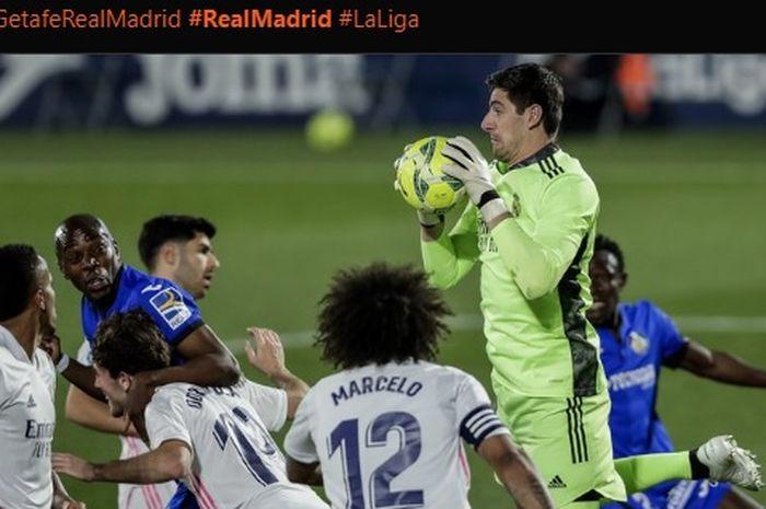 Kiper Real Madrid, Thibaut Courtois, menyelamatkan gawangnya dari ancaman serangan pemain Getafe.