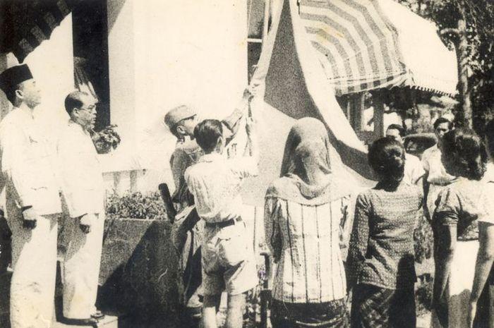 Pengibaran Merah Putih 17 Agustus 1945. (Ilustrasi) Termasuk Negara Pertama yang Mengakui <a href='https://manado.tribunnews.com/tag/kemerdekaan-indonesia' title='KemerdekaanIndonesia'>KemerdekaanIndonesia</a>, <a href='https://manado.tribunnews.com/tag/india' title='India'>India</a> dengan Cepat Berikan Dukungannya Tak Lepas dari Kecerdikan Sosok Ini