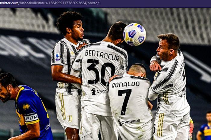 Megabintang Juventus, Cristiano Ronaldo, kembali tak becus saat jadi pagar betis karena malah sibuk melindungi wajahnya dari bola saat melawan Parma, Rabu (21/4/2021)