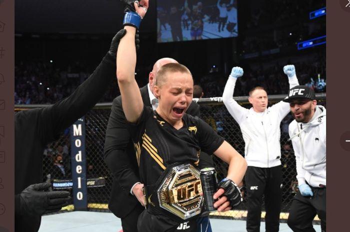 Rose Namajunas berhasil kembali menjadi juara kelas jerami wanita UFC setelah berhasil mengalahkan Zhang Weili di UFC 261 (25/4/2021).