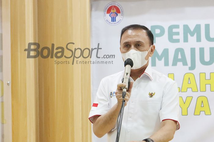 Ketua Umum PSSI, Mochamad Iriawan, tengah memberikan keterangan kepada awak media di Kantor Kemenpora, Senayan, Jakarta, 27 April 2021.