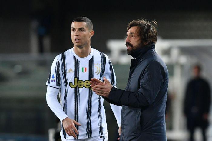 Momen Andrea Pirlo memberikan instruksi kepada para pemain Juventus di samping Cristiano Ronaldo.