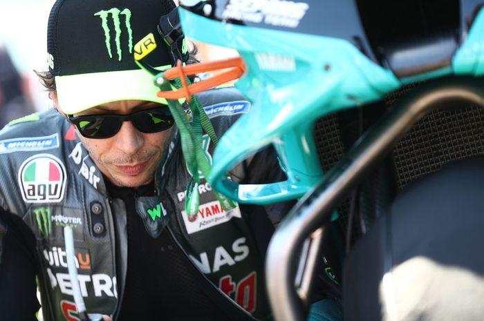 Pembalap Petronas Yamaha SRT, Valentino Rossi, melakukan ritual pra-lomba menjelang balapan MotoGP Portugal di Sirkuit Algarve, Portimao, Portugal, 18 April 2021.