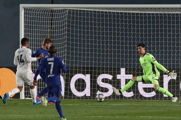 Aksi kiper Real Madrid, Thibaut Courtois, saat menehan tembakan Timo Werner dalam duel kontra Chelsea di semifinal Liga Champions 2020-2021.