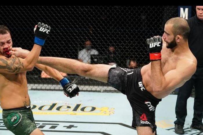 Aksi jagoan UFC, Giga Chikadze saat melepaskan tendangan ke arah lawannya.
