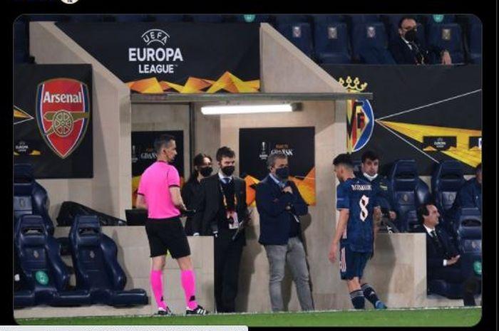 Momen Dani Ceballos berjalan keluar lapangan setelah diusir wasit menggunakan kartu kuning kedua dalam laga Villarreal versus Arsenal di leg pertama semifinal Liga Europa 2020-2021.