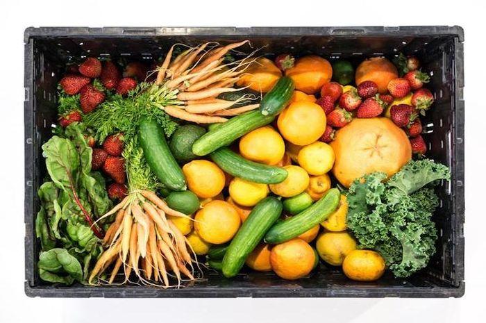 Buah dan sayur adalah sumber vitamin.
