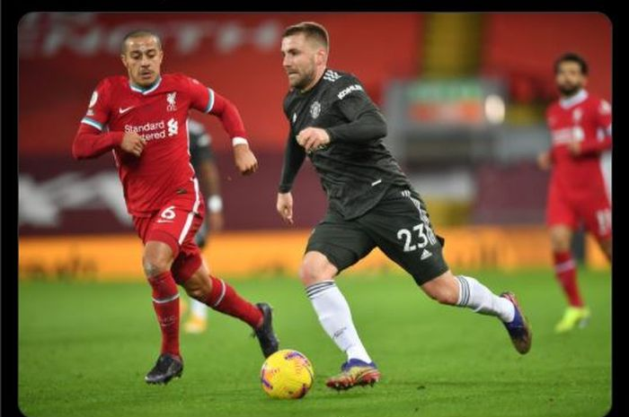 Momen bek sayap Manchester United, Luke Shaw, berusaha menjaga bola dari kejaran gelandang Liverpool, Thiago Alcantara dalam pertandingan pekan ke-19 Liga Inggris 2020-2021.