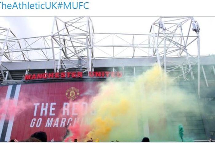 Fans Mancheste United melakukan aksi demo di depan Stadion Old Trafford.