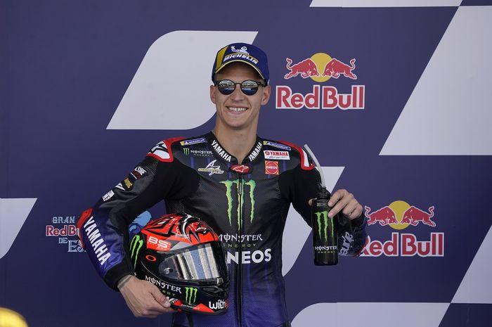 Pembalap Monster Energy Yamaha, Fabio Quartararo, berpose setelah merebut pole position pada kualifikasi MotoGP Spanyol di Sirkuit Jerez, Spanyol, 1 Mei 2021.