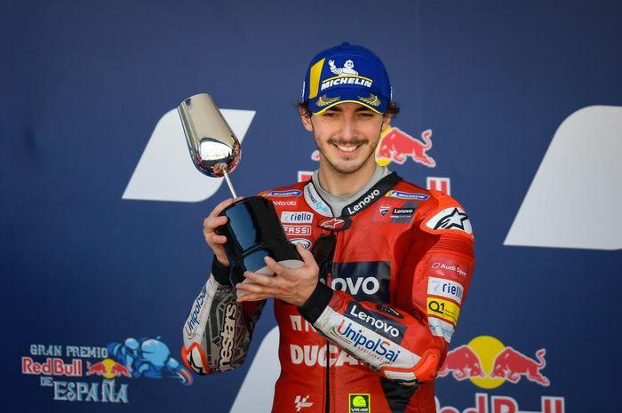 Pembalap Ducati, Francesco Bagnaia, berpose di podium seusai finis kedua pada balapan MotoGP Spanyol 2021 di Sirkuit Jerez, Minggu (2/5/2021).