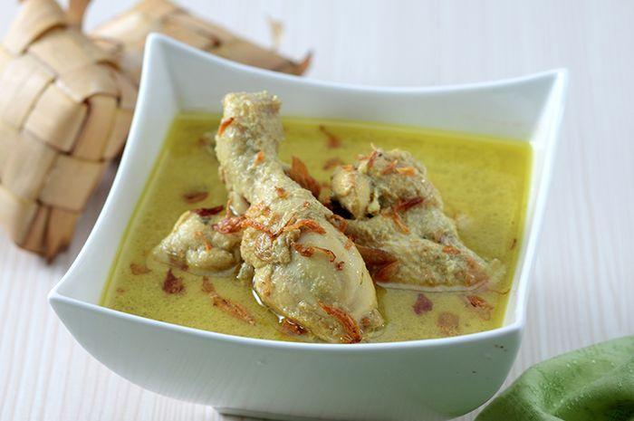 Opor ayam salah satu lauk yang sering disantap dengan ketupat.
