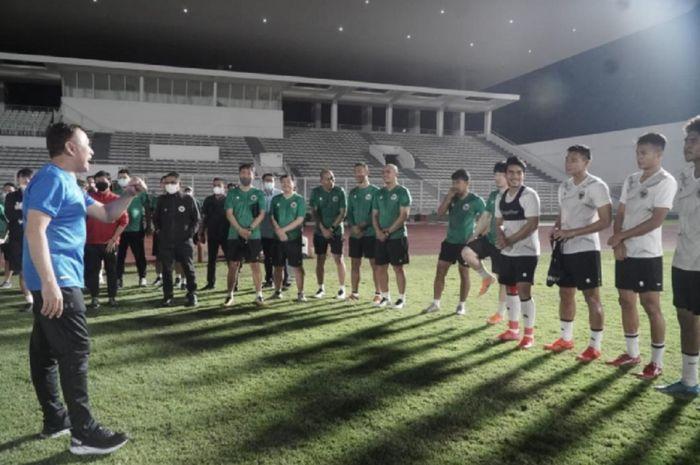 Ketua Umum PSSI Mochamad Iriawan (kiri) memberikan motivasi saat mengunjungi latihan Timnas Indonesia di Stadion Madya, Senayan, Jakarta, Sabtu (8/5/2021) malam.