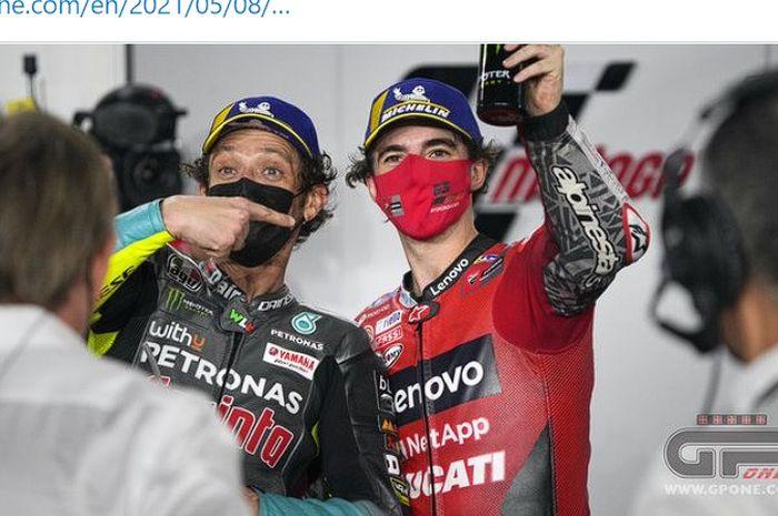 Valentino Rossi (kiri) berpose bersama pembalap akademinya, Francesco Bagnaia (kanan).