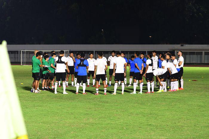 Skuat timnas Indonesia asuhan Shin Tae-yong tengah berlatih di Stadion Madya, Senayan, Jakarta, 11 Mei 2021.
