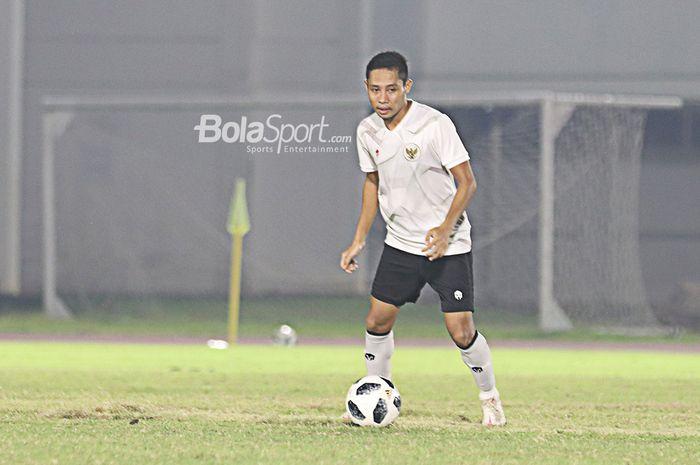 Evan Dimas tengah menggiring bola dalam sesi latihan timnas Indonesia di Stadion Madya, Senayan, Jakarta, 11 Mei 2021.