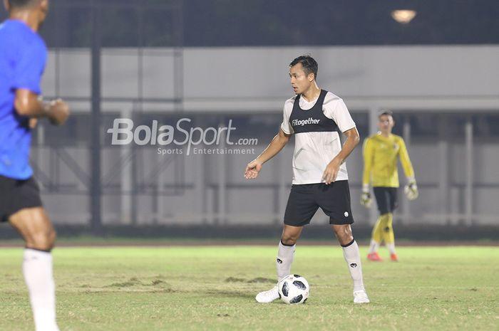 Arif Satria tengah berlatih dalam pemusatan latihan timnas Indonesia di Stadion Madya, Senayan, Jakarta, 11 Mei 2021.