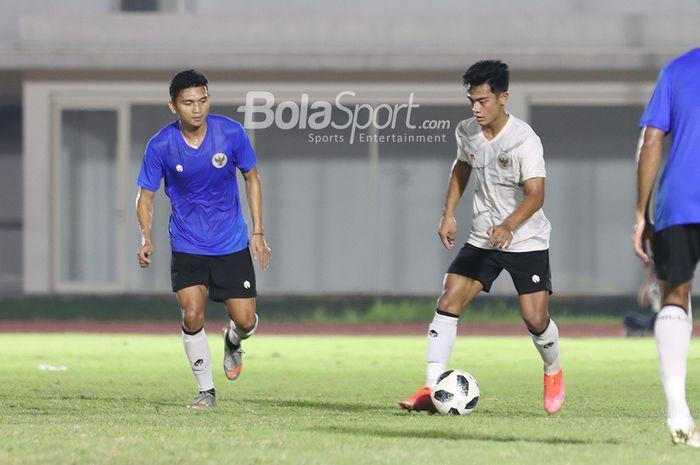 Dendy Sulistyawan (kiri) dan Pratama Arhan (kanan) tengah berlatih dalam pemusatan latihan timnas Indonesia di Stadion Madya, Senayan, Jakarta, 11 Mei 2021.