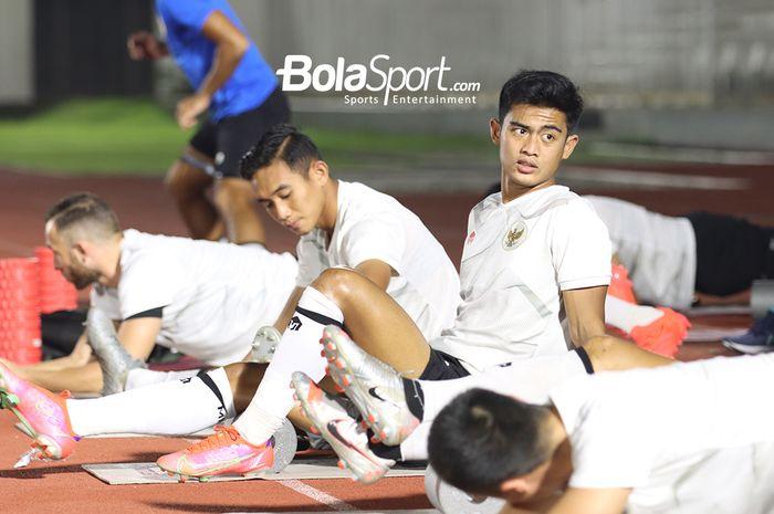 Rizky Ridho (kiri) dan Pratama Arhan (kanan) beserta para pemain timnas Indonesia lainnya sedang melakukan pemanasan di Stadion Madya, Senayan, Jakarta, 11 Mei 2021.