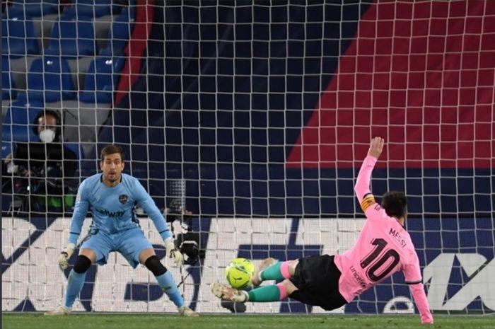 Aksi megabintang Barcelona, Lionel Messi, saat membobol gawang Levante dalam lanjutan Liga Spanyol 2020-2021.