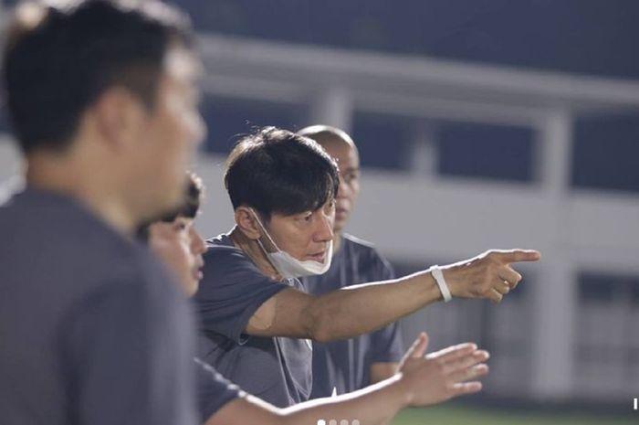 Pelatih Shin Tae-yong (tengah) mengamati latihan pemain Timnas Indonesia dalam TC di Jakarta.