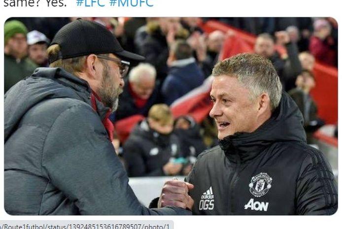 Pelatih Liverpool, Juergen Klopp (kiri) saat bersalaman dengan juru taktik Manchester United, Ole Gunnar Solskjaer.