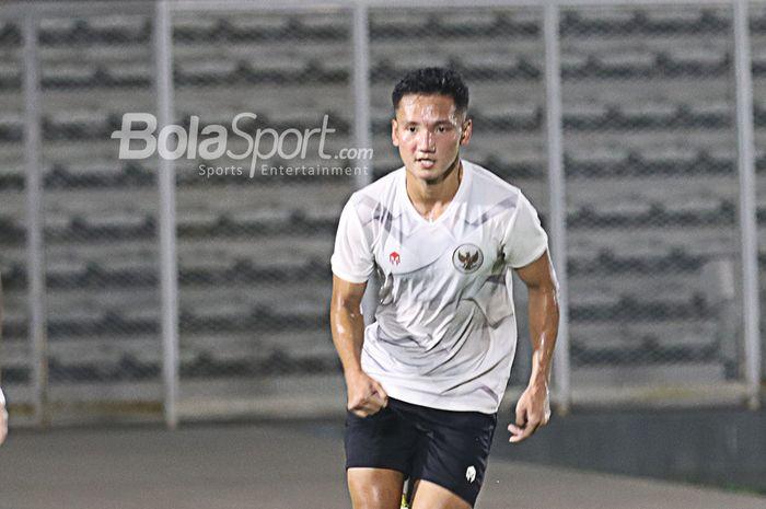 Syahrian Abimanyu sedang mengikuti sesi latihan timnas Indonesia di Stadion Madya, Senayan, Jakarta, 11 Mei 2021.