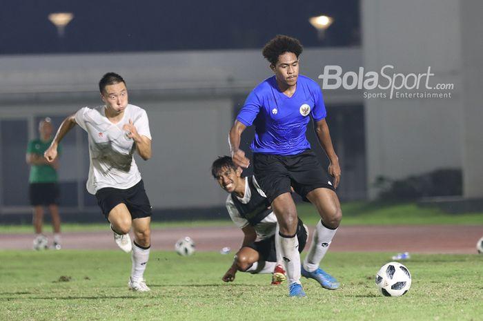 Arthur Irawan (kiri) dan Ady Setiawan (tengah) sedang berusaha mengejar Braif Fatari (kanan) yang sedang menguasai bola dalam sesi latihan timnas Indonesia di Stadion Madya, Senayan, Jakarta, 11 Mei 2021.
