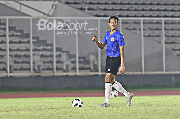 Rizky Ridho sedang menguasai bola dalam sesi latihan timnas Indonesia di Stadion Madya, Senayan, Jakarta, 11 Mei 2021.