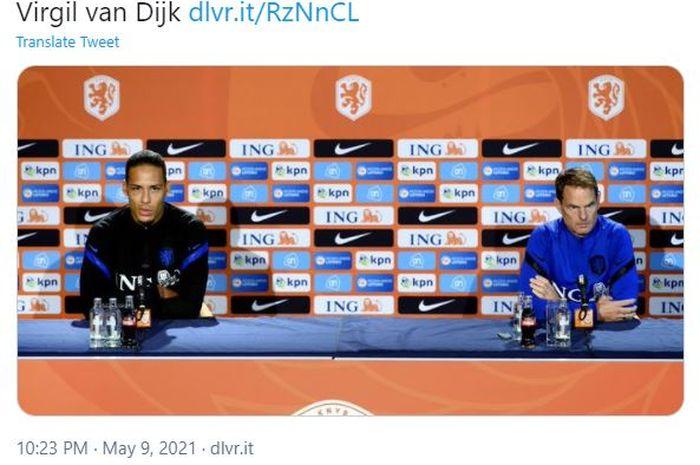 Virgil van Dijk (kiri) dan pelatih timnas Belanda, Frank de Boer.
