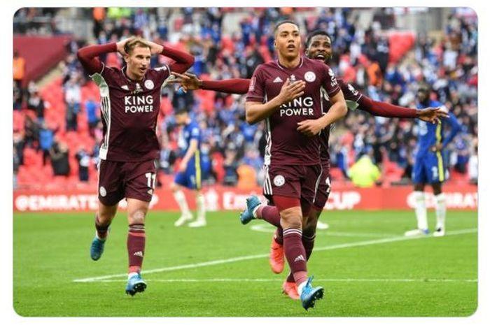 Youri Tielemans merayakan gol yang dia cetak ke gawang Chelsea yang sekaligus membawa Leicester City menjuarai Piala FA bersama dengan Marc Albrihgton dan Kelechi Iheanacho.