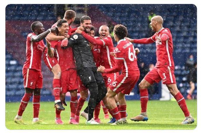 Alisson Becker (tengah) mengukirkan dua catatan setelah mencetak gol untuk Liverpool dalam laga kontra West Bromwich Albion di pekan ke-36 Liga Inggris 2020-2021.