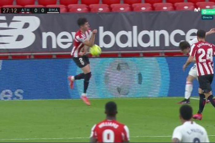 Klaim handball Real Madrid terhadap pemain Athletic Bilbao dalam laga Liga Spanyol di San Mames, 16 Mei 2021.