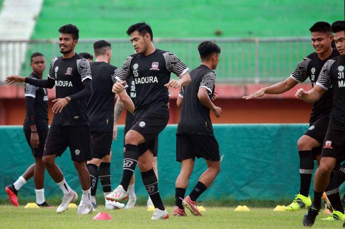 Momen latihan perdana Madura United di Stadion Gelora Madura Ratu Pamelingan, Pamekasan, pada Kamis (20/5/2021).