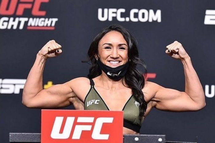 Carla Esparza melakukan sesi penimbangan berat badan jelang laga UFC Vegas 27 (21/5/2021)