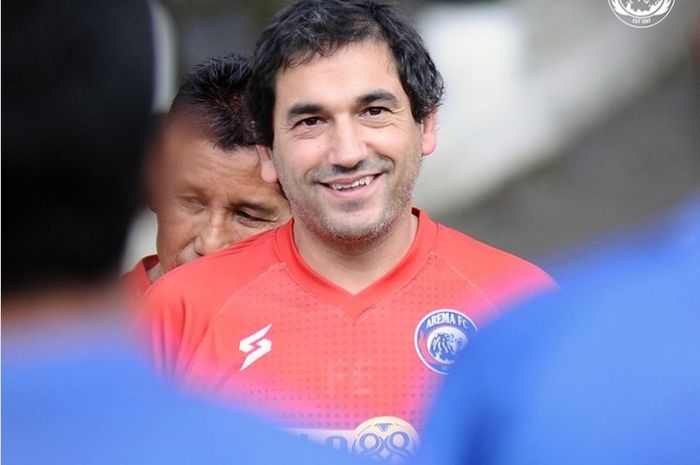 Pelatih Arema FC, Eduardo Almeida saat melatih skuad Singo Edan.