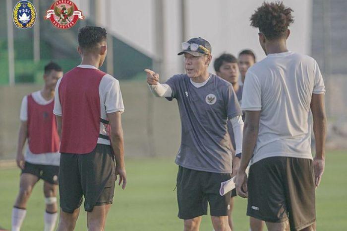 Shin Tae-yong memberi instruksi kepada pemain dalam latihan Timnas Indonesia di Dubai, UEA, Senin (24/5/2021).