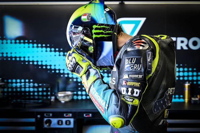 Pembalap Petronas Yamaha SRT, Valentino Rossi, bersiap-siap masuk ke lintasan pada sesi latihan bebas MotoGP Italia di Sirkuit Mugello, Italia, 28 Mei 2021.