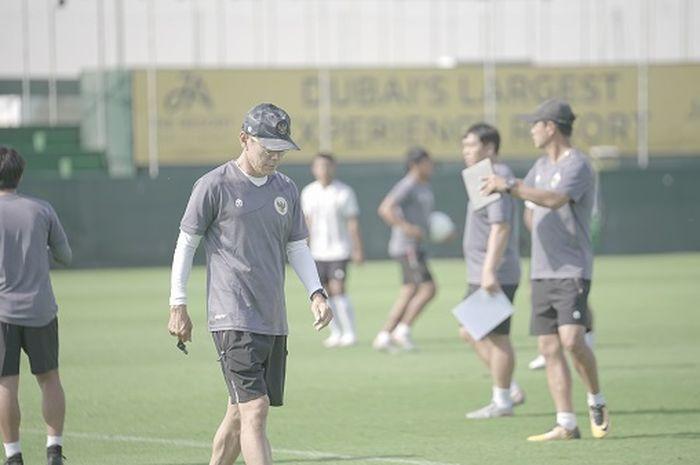 Pelatih timnas Indonesia, Shin Tae-yong, saat memimpin pemusatan latihan di Dubai, Uni Emirat Arab.