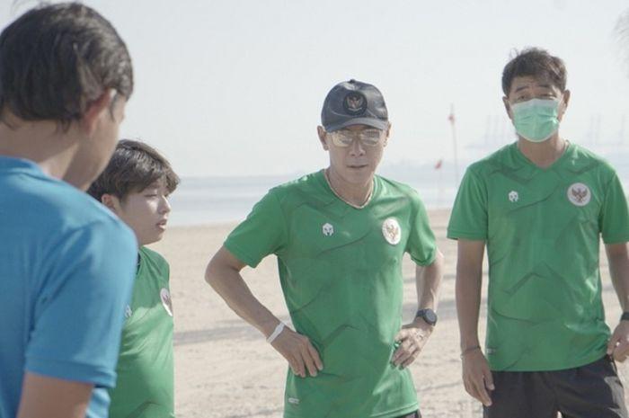 Shin Tae-yong memimpin latihan timnas Indonesia di Dubai, persiapan untuk lanjutan kualifikasi Piala Dunia 2022 zona Asia.