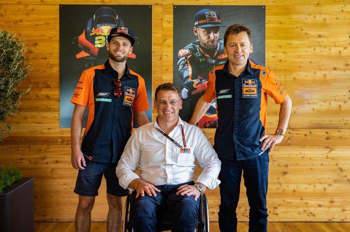 Brad Binder didampingi Pit Beirer selaku Direktur Motosport KTM dan Mike Leitner sebagai Tim Manajer Red Bull KTM Factory Racing Team