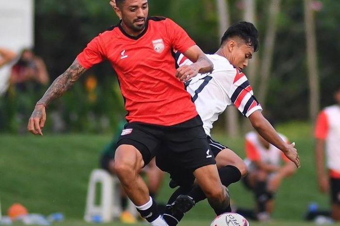 Gelandang Borneo FC, Jonathan Bustos saat bermain di laga uji coba melawan PSG Pati