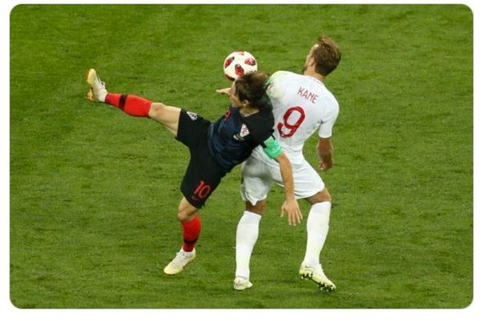 Momen duel antara Luka Modric (kiri) dengan Harry Kane dalam laga timnas Inggris melawan timnas Kroasia di Piala Dunia 2018.