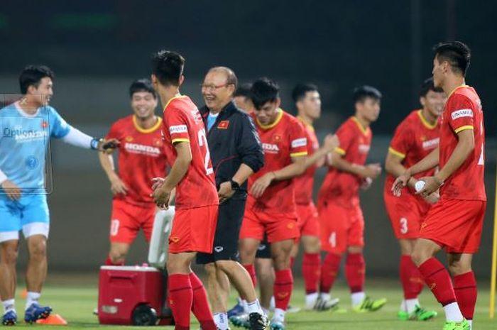 Pelatih Vietnam, Park Hang-seo dan anak asuhnya terlihat gembira dalam sesi latihan pada Sabtu (5/6/2021).