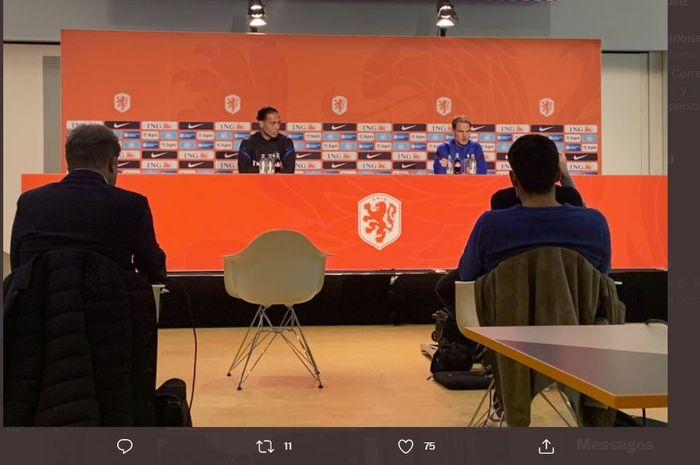 Virgil van Dijk dalam jumpa pers timnas Belanda bersama Frank de Boer.