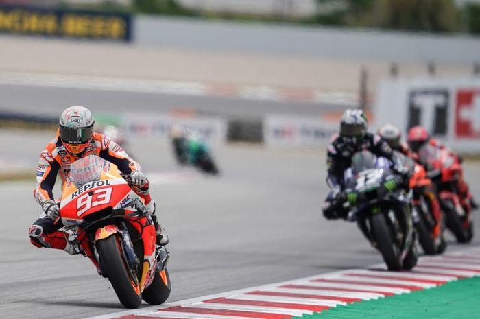 Pembalap Repsol Honda, Marc Marquez (kiri), memimpin grup pembalap pada balapan MotoGP Catalunya di Sirkuit Catalunya, Spanyol, 6 Mei 2021.